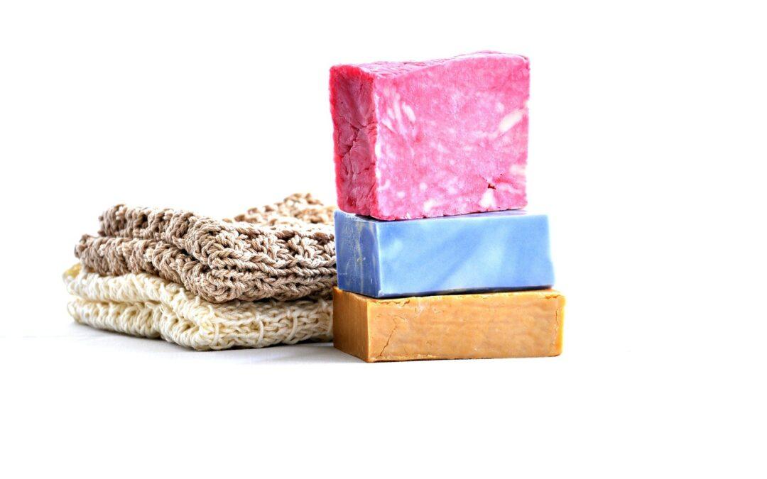 Putzlappen und gestapelte Seifen