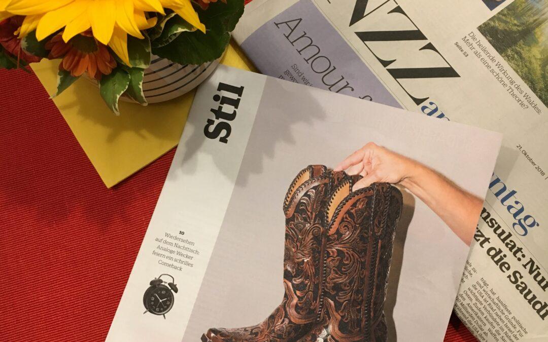Bild der NZZ Stil. Auf dem Deckblatt sind Cowboy Stiefel