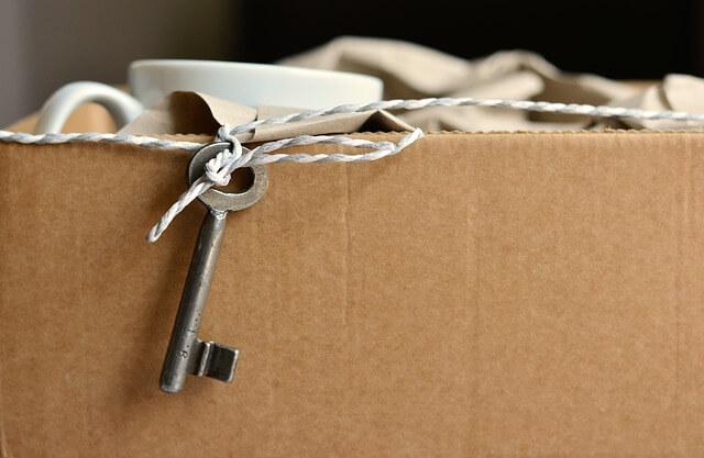 Kiste mit einem Schlüssel der daran hängt.