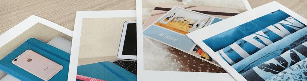 Fotos, die auf einem Tisch verstreut sind
