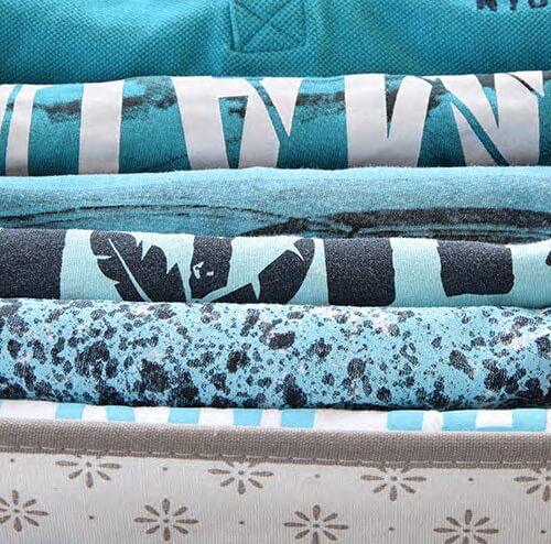 T-Shirts in einer Box gefaltet